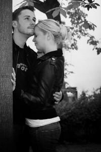 Ein Pärchen lässt sich vor der Hochzeit fotografieren und umarmt sich dabei.
