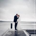 Hochzeitspaar steht auf Steg, Winter Bad Saarow, Scharmützelsee